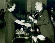 Michela Schiff Giorgini e il Rettore Ranieri Favilli in occasione del conferimento del diploma di Benemerito della scuola e della cultura (1976; Foto Frassi)
